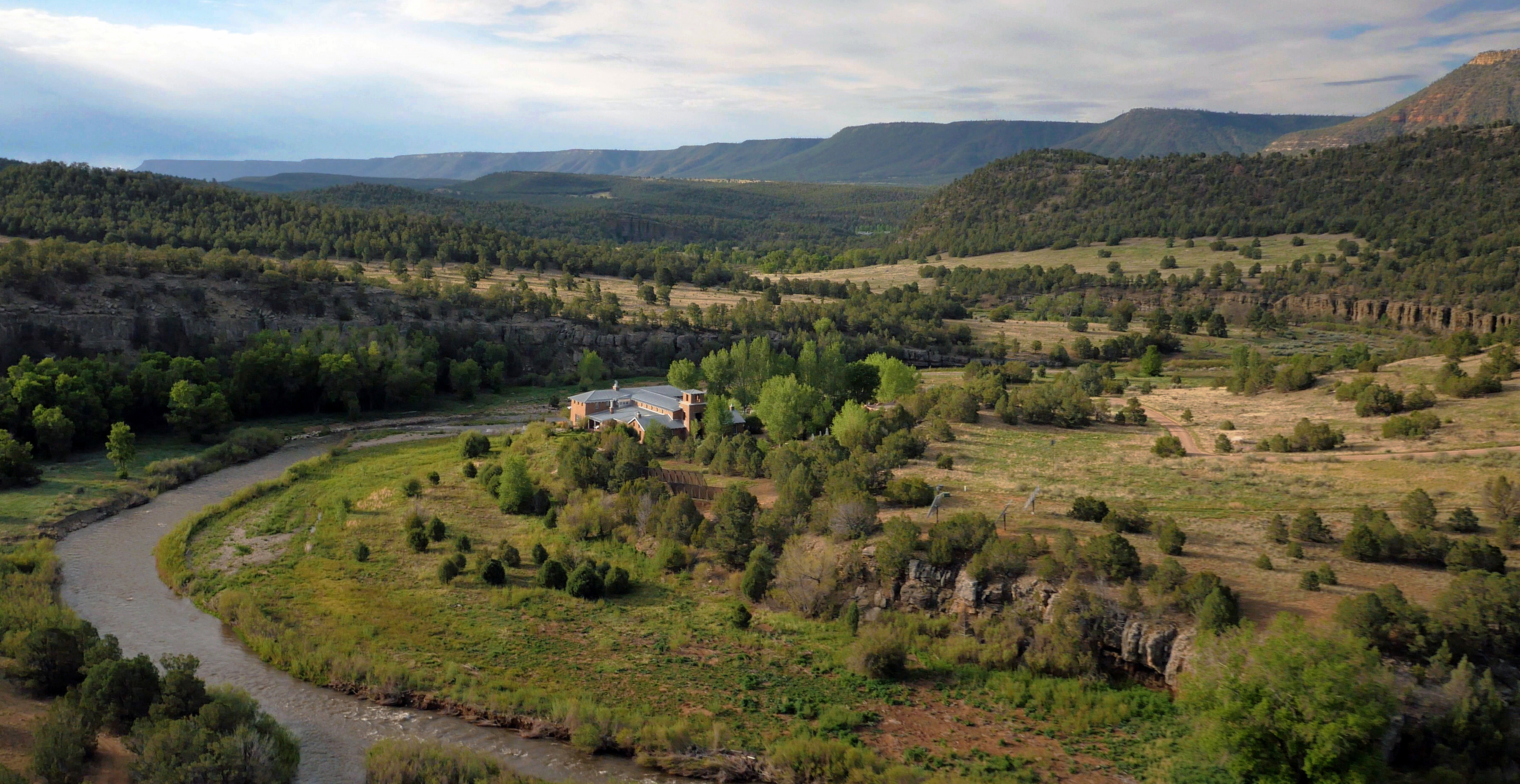 Jane fonda selling santa fe sanctuary forked lightning ranch for Sanctuary ranch