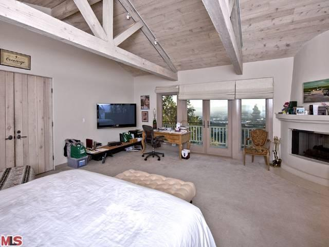 english singer songwriter robbie williams just sold two properties totaling 115 acres in the coveted 90210 zip code heres the skinny - Robin Williams Bedroom