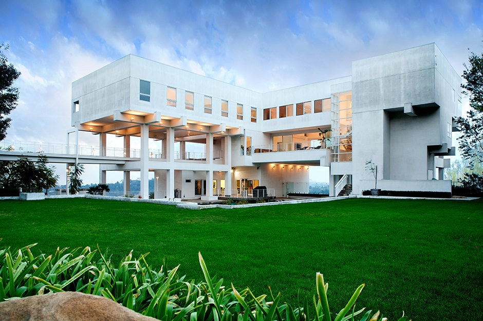 10 stunning modern mansions for sale in la for Big nice houses for sale