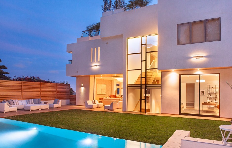 10 stunning modern mansions for sale in la for Glass houses for sale in california