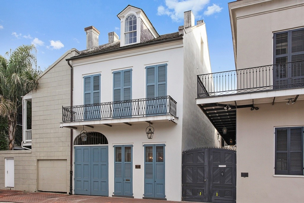 The party never has to end in these 10 mardi gras ready homes for Townhouse architectural styles