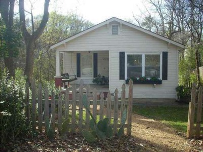From The Picket Fence To The Porch Swing, This 2 Bedroom, 1 Bath Atlanta  Duplex Is Ready For You To Move In.