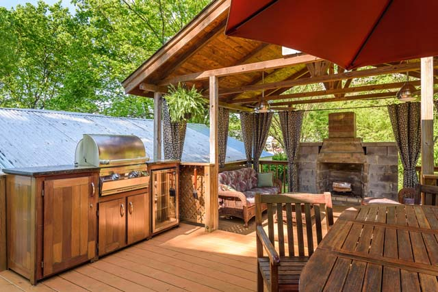150 000 homes equipped for outdoor enjoyment for Homes with outdoor kitchens