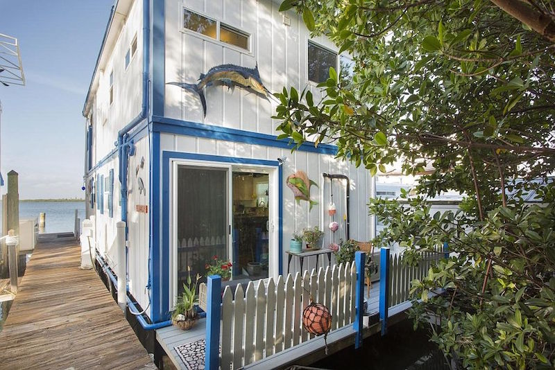Surprising All Hands On Deck 10 Unique Floating Homes For Sale Interior Design Ideas Gresisoteloinfo