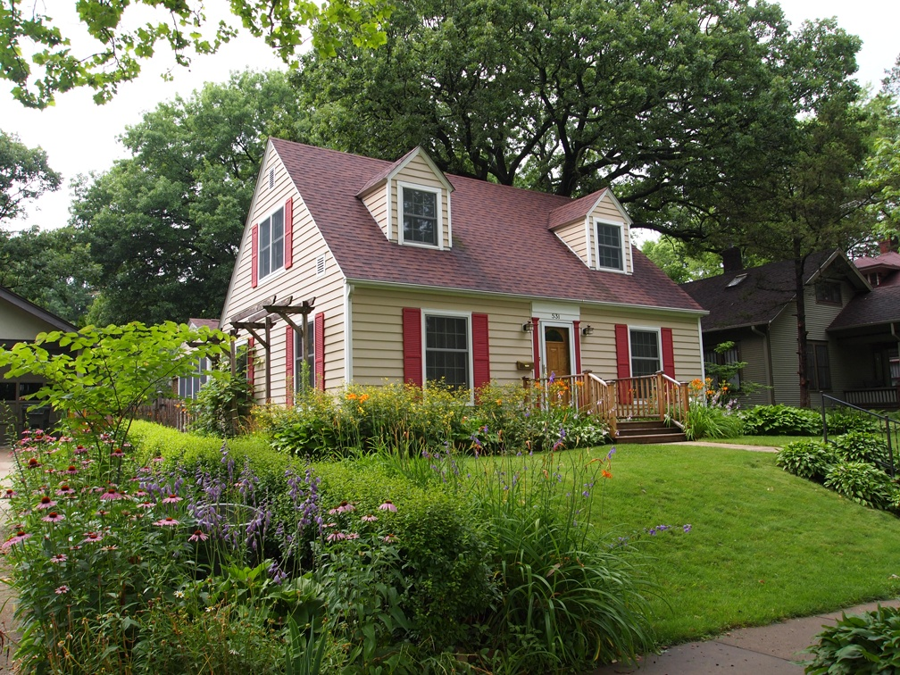 Craving a summer cottage see 10 gorgeous cape cods for sale for Cod homes