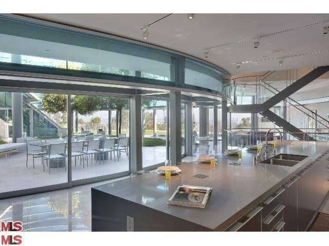 Bieber reportedly rents glass house in beverly hills