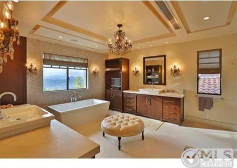 Report Kourtney Kardashian Buys Home Near Justin Bieber