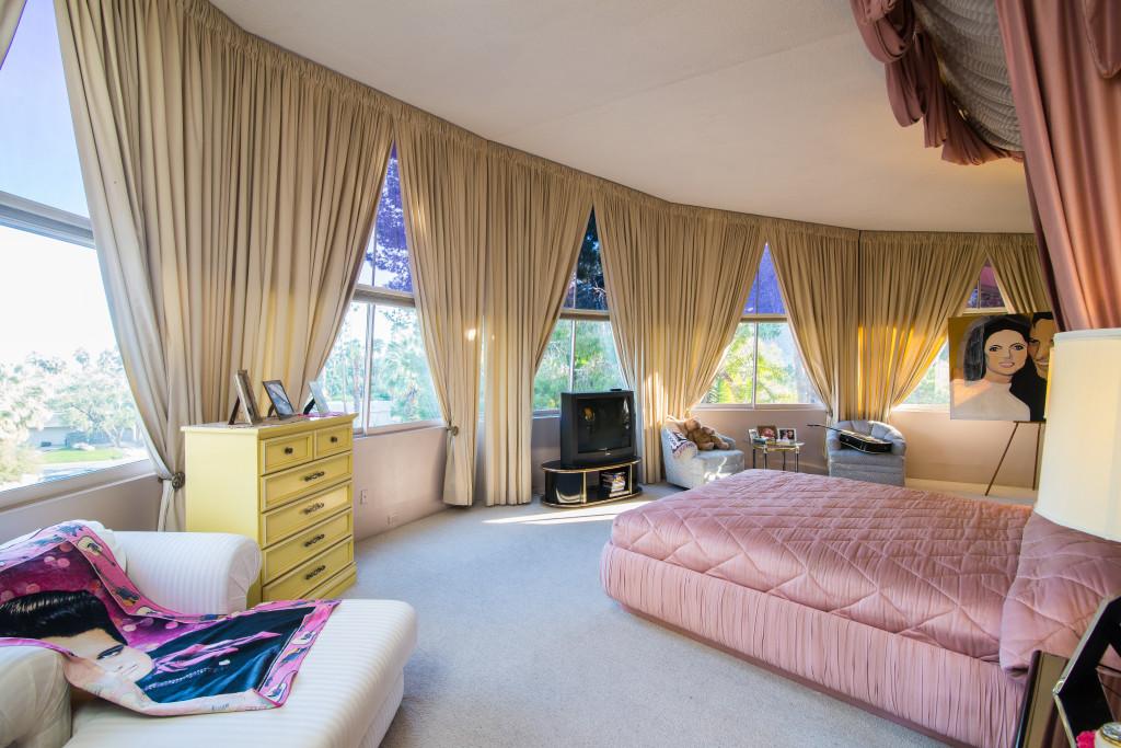 Elvis presley 39 s mid century honeymoon retreat for sale for Tomorrow s home