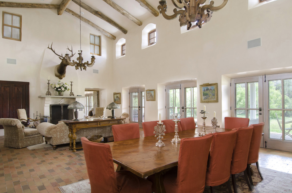 Jane fonda selling santa fe sanctuary forked lightning ranch for Mexican ranch style homes