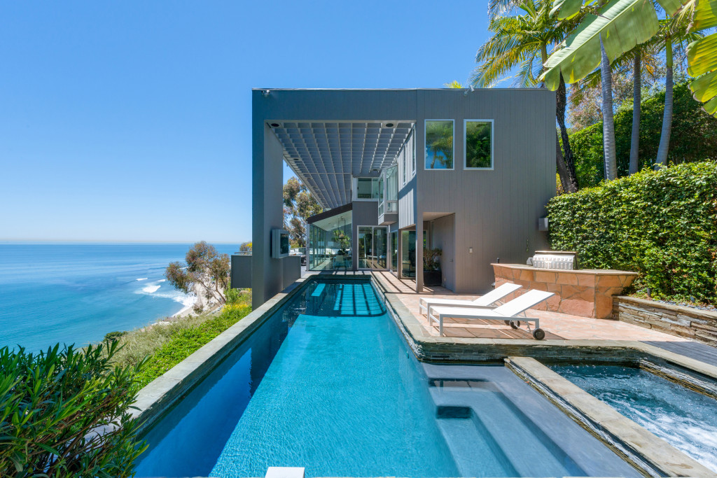 How Much Is A Beach House In Malibu Part - 19: U0027Friendsu0027 Star Matthew Perry Lists Malibu Modern