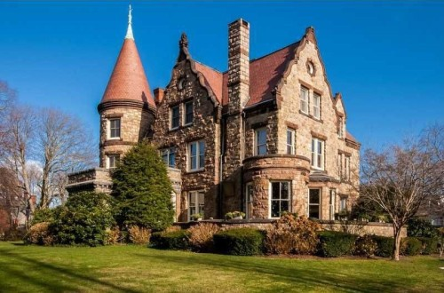 Live like royalty in these castle homes for Small houses that look like castles