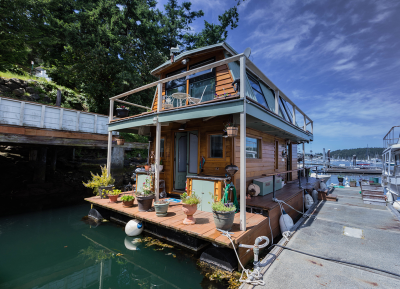 Captivating A Houseboat Is Like A Motorhome On Water; Itu0027s Self Propelled And Can Be  Driven Like A Boat. A Floating Home Is A Home On The Water That Floats On A  ...