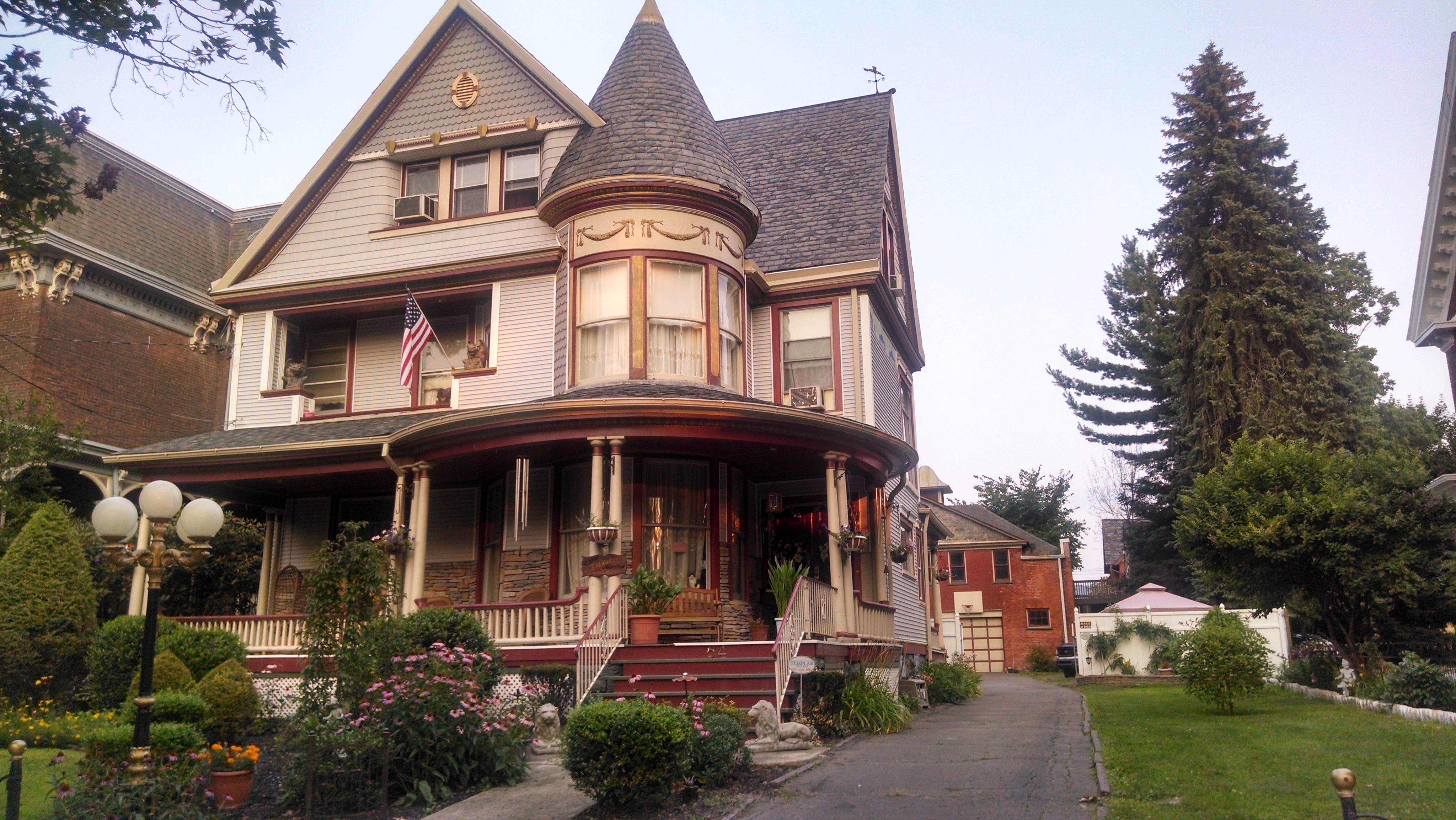 Home architecture 101 victorian for Queen anne victorian house