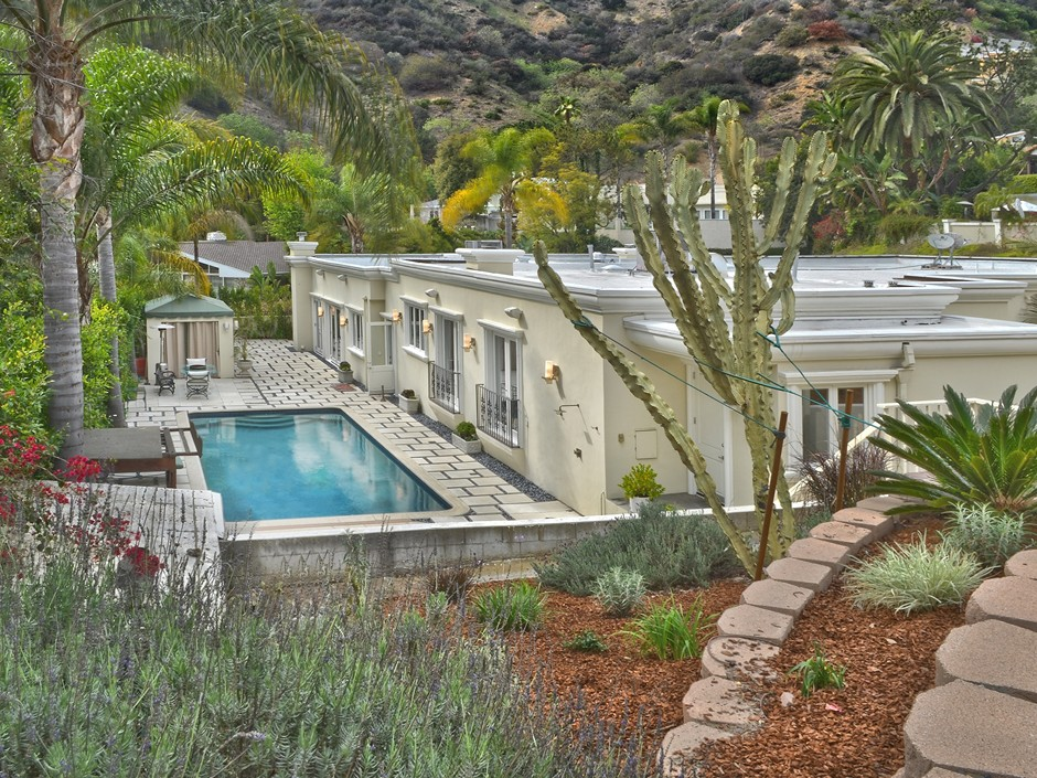 Marvel comics 39 stan lee snags a bigger l a mansion for Lee signature homes