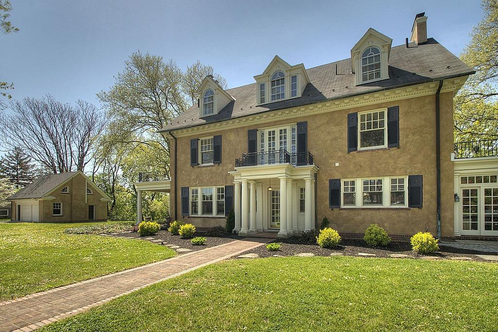 update taylor swift 39 s childhood home in pa sells for 700 000. Black Bedroom Furniture Sets. Home Design Ideas