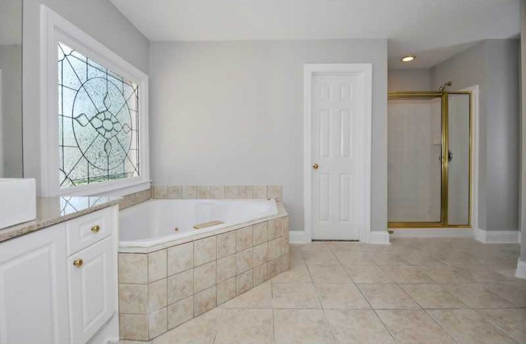 Real housewife phaedra parks lists home in suburban atlanta for Empty master bathroom