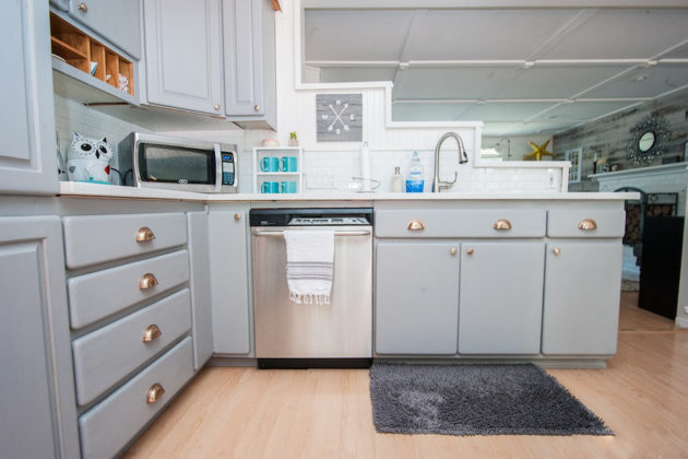 How to paint your kitchen cabinets the easy way home for Best way to build kitchen cabinets