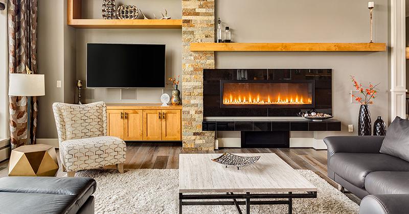 Salon meublé dans une maison de luxe avec feu rugissant dans la cheminée