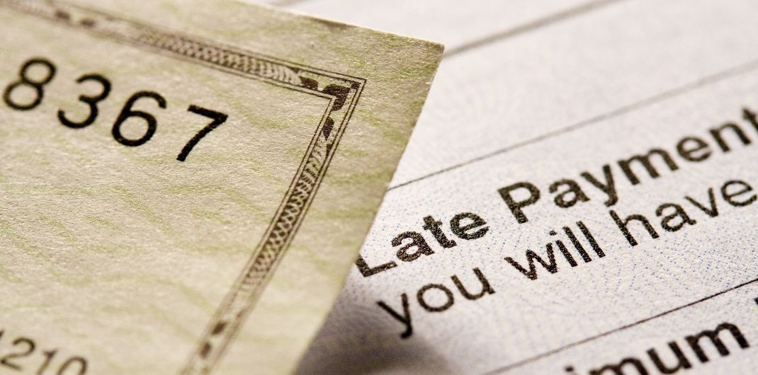 how do late payments affect credit score