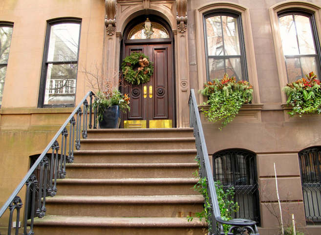 Carrie Bradshaw S Fictional Apartment Was Moved To 66 Perry Street Due Its Grander Stoop
