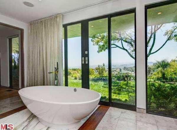 Mar2015-Trulia-Celeb-Bathroom-Jennifer-Aniston