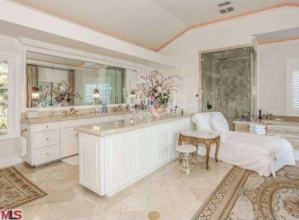 Mar2015-Trulia-Celeb-Bathroom-Mariah-Carey