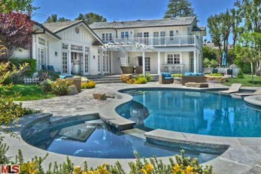 May2015-Trulia-X-Celeb-Homes-Perfect-for-a-Poolside-Soiree-Iggy-Azalea-pool