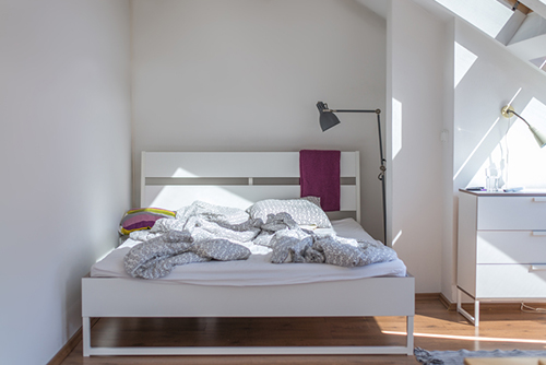bedroom with blank wall renters guide