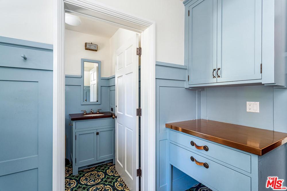 alyson hannigan 2016 blue bathroom