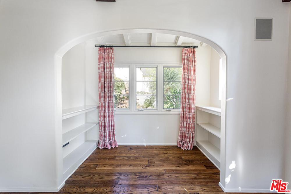 Alyson Hannigan 2016 curtains