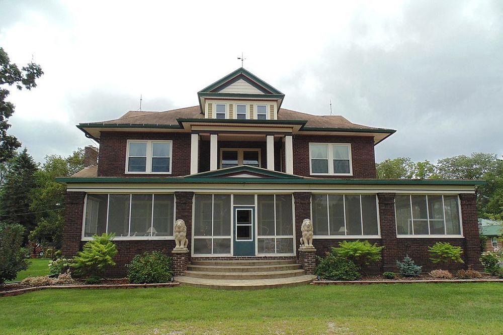 12 big houses for sale under 400k real estate 101 for Big house blog