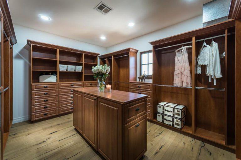 https://wp.zillowstatic.com/trulia/wp-content/uploads/sites/1/2017/05/Lauren-Conrad-Flips-Pacific-Palisades-CA-House-Bedroom-Master-Closet-768x512.jpg