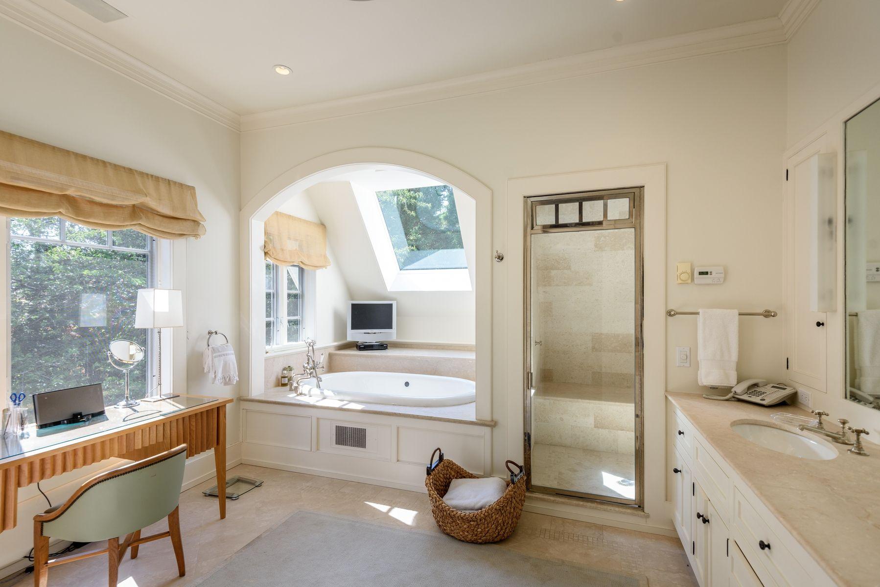 harvey weinstein lists hamptons home bath