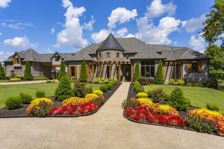 jason aldean lists his tennessee home for 7.875m walkway